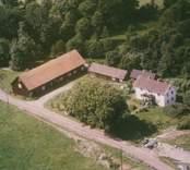 Mangårdsbyggnad och ekonomibyggnader i Madesjö.