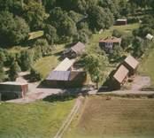 En gårdsmiljö med gårdsplan i Sankt Sigfrids socken.