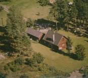 Bostadshus med sidobyggnad i Sankt Sigfrids socken.