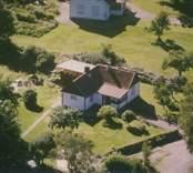 Ett bostadshus med tillbyggnad i Sankt Sigfrids socken.