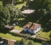 Ett bostadshus med trädgård i Sankt Sigfrids socken.