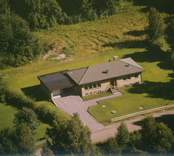 Bostadshus med garage i Sankt Sigfrids socken.