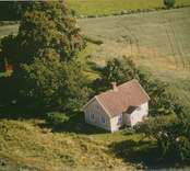 En villa vid åkermark i Sankt Sigfrids socken.