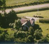 En villa vid en väg i Sankt Sigfrids socken.