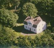 En villa med mansardtak i Sankt Sigfrids socken.