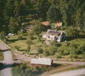 En villa med trädgård i Sankt Sigfrids socken.