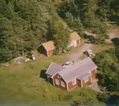 En enkelstuga med tillbyggnad i Sankt Sigfrids socken.
