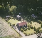 En enkelstuga med trädgård i Sankt Sigfrids socken.