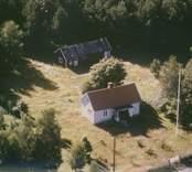 En villa och ett uthus i Sankt Sigfrids socken.