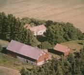 Bostadshus, ekonomibyggnad och uthus i Sankt Sigfrids socken.