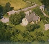 En villa och uthus i Madesjö socken.