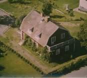 Bostadshus med mansardtak och balkong i Kristvalla socken.