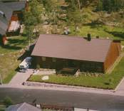 En villa med garage, träfasad och sadeltak i Kristvalla socken.