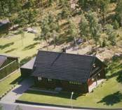 Bostadshus med garage, träfasad och sadeltak i Kristvalla socken.