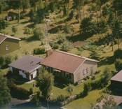 Bostadshus med träfasad, sadeltak och garage i Kristvalla socken.