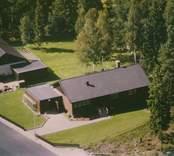 En villa med blomsterrabatt och garage i Kristvalla socken.