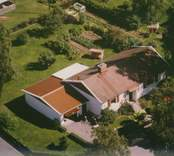 Bostadshus med garage och trädgård i Kristvalla socken.