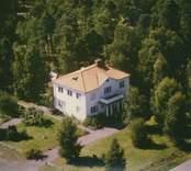 Ett bostadshus med balkong och valmat tak i Kristvalla socken.