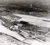 Flygfoto över gården med omnejd.