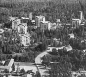 Kungshallsområdet planerades och började byggas under 1960-talet. Fagerslättsskolan, i bildens nederkant, byggdes 1953. Dessa bilder är tryckta i almanackor utgivna av Nybro Hembygdsförening. De är inte till salu genom KLM, men vi väljer att visa dem då vi har få bilder från det Nybro var en gång.