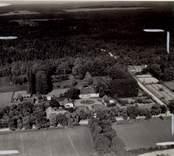 Flygfoto över Misterhults gård. Herrgården med flygelhus och ekonomibyggnad samt grusvägen med allèn.