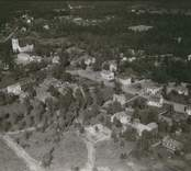 Flygfoto över Fagerhult med kyrkan.