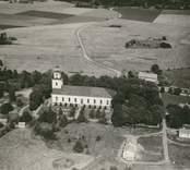 Flygfoto över Lofta kyrka.