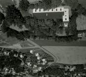 Flygfoto över Gamleby kyrka.  Dominerande stilepok interiör nyklassicism. Uppförande hela kyrkan period/år 1832-1833. Foto: AB Flygtrafik
