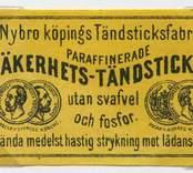"""Tändsticksetikett från Nybro Tändsticksfabrik, """"Nybro Köpings Tändsticksfabriks paraffinerade säkerhetständstickor utan svafvel och fosfor.""""   Handlanden Johannes Petersson i Gräsgärde var först att starta en tändsticksfabrik i Nybro på 1860-talet. Den fabriken var nerlagd 1873 när apotekaren Carl G Fohlin tog initiativet till nästa fabrik som bar namnet Nybro Tändsticksfabrik AB. Den fabriken var belägen i byn Göljemåla i Madesjö socken. Fabriken  drevs fram till 1878 då bolaget gick i konkurs. Alldeles i jämte den gamla fabriken byggdes 1876 en annan tändsticksfabrik av Ludvig Möller från Kalmar. Fabriken som endast tillverkade fosfortändstickor med ett tjugotal anställda, blev inte långvarig och 1878 gick den också i konkurs. Nu är det dags för nya ägare att träda in på arenan. 1879 rekonstruerades tändsticksfabriken av en ny styrelse med  Gustav Ohlsson i Brånahult och P C Jonsson i Östra Bondetorp samt J G Blomdell som också var disponent. De köpte in Möllers konkursbo men ganska snart lades tillverkningen ner och flyttades till huvudfabriken straxt norr om blivande Långgatan. Under J G Blomdells ledning stiftades ett aktiebolag som med framgång drev tändstickstillverkning vid Nybro Köpings tändsticksfabrik. (Nybro Säkerhetständsticksfabrik, 1881)Tillverkningen var nu endast säkerhetständstickor.  Fabriken överläts så småningom till N Simonsson, Nybro och disponent A Ekendahl, Uppsala. 1913 såldes fabriken till Kreugers tändstickstrust AB Förenade Tändsticksfabriker. Fabriken lades ner efter något år. Fabrikens lokaler användes sedan av Orrefors sliperi, Engströms Formgjuteri och senast från 1932 Nybro Svarveribolag. De gamla industribyggnaderna vid Långgatan i Nybro och som inrymde tändsticksfabriken revs på 1970-talet. I en trossbotten fann man tändsticksaskar från hela tändsticksepoken och kunde glädja samlarna  av askar och etiketter i Nybro. Man fann också den speciella trämall som användes vid askvikningen i hemmen kring sekelskiftet.  (Uppgifterna hämtad"""