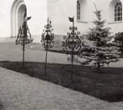Smidesjärn och gran vid Hjorted kyrka.