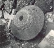 Ett kors och en kuppa i Blackstad socken.  Dopfuntskuppa  Foto M. Hofrén 1947