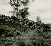 Gravfält på berget 300 meter sydost om Lund, mitt för Gladhammars kyrka. De stora rösena längst i söder.