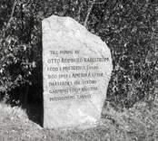Minnessten vid församlingshuset över missionären Otto Reinhold Karlström 1880 - 1948
