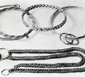 Silverskatt, fyra föremål: Kedja, halsring och armringar.
