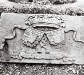 Sten med reliefmotiv, krona och vapensköldar. Text: C ? o. CW anno 1698.