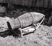 Trätina med stol till ålhomma. Foto:26/06 1952.