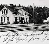 Verkebäcks järnvägsstation sedd snett vänster från spåren.