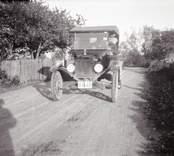 """Landsvägen från Grönskåra till läkarbostaden 1923. Doktor Kurt Bergströms automobil år 1923 """"Ford""""."""