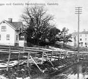 Vy med stationsvägen och handelsföreningen i Gamleby.