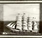 Jerj av Figeholm. Fyrmastad bark. Halvmodell i låda under glas, 1890-talet.