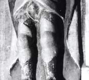 Altarskåpet. Figur med färgskada.