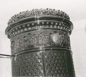 Detalj av krona på kakelugn i Bäckebo 3:14.