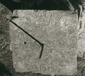 Solur på Gärdslösa kyrkogård.
