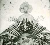 Draperimålning kring altaret.