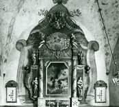 Altaruppsats, skulpterad 1764 av Jonas Berggren och målad 1766 av And G Wadsten.