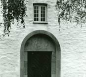 Ett stycke av tornets fasad med den nuvarande västportalen på Gärdslösa kyrka.