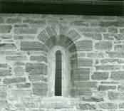 Ursprungligt fönster i norra korsarmens östra mur i Gärdslösa kyrka.