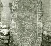 """En av runstenarna vid Övra Bägby med inskriften: """"Sven gjorde detta efter sin fader Wikar, ende sonen reste själv stenen""""."""
