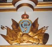 Detalj av orgelfasaden med Gustav III:s monogram. Orgeln levererades 1904 av  E. A. Setterquist & Son och  byggdes om 1968 av A. Magnussons Orgelbyggeri AB i Göteborg. Den tillhörande orgelfasaden byggdes 1778 och renoverades år 2000.