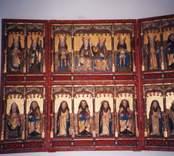 Altarskåp med helgonfigurer i Hjorteds kyrka.